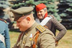 Novokuzneck, Rosja - 01 07 2018: ludzie w starym wojskowym uniformu obraz royalty free
