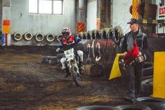 Novokuzneck, Rosja - 21 04 2018: motocross rywalizacje na śladzie Zdjęcie Royalty Free