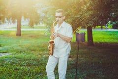Novokuzneck, Rosja, 16 07 2017: saksofonista sztuki na ulicie Obrazy Stock