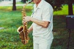 Novokuzneck, Rosja, 16 07 2017: saksofonista sztuki na ulicie Zdjęcia Stock