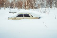 Novokuzneck, Rosja - 24 02 2018: stary samochód śmieci z śniegiem Obrazy Royalty Free