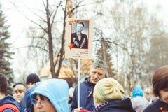 Novokuzneck, RUSIA - 9 de mayo de 2018: la gente celebra día de la victoria en Rusia Fotos de archivo