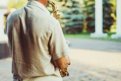 Novokuzneck, Rusia, 16 07 2017: juegos del saxofonista en la calle foto de archivo libre de regalías