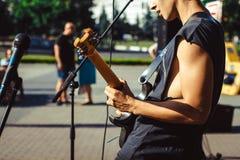 Novokuzneck, Rusia, 27 06 2017: los juegos del guitarrista en la calle Foto de archivo libre de regalías
