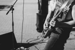 Novokuzneck, Rusia, 27 06 2017: los juegos del guitarrista en la calle Fotos de archivo libres de regalías
