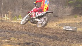 Novokuzneck, Rusland - 21 04 2018: motocrosscompetities stock video