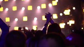 Novokuzneck, Russie - 02 04 2018 : les gens à un concert de rock banque de vidéos