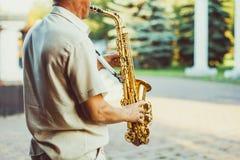 Novokuzneck, Russland, 16 07 2017: Saxophonistspiele auf der Straße Lizenzfreie Stockbilder