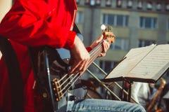 Novokuzneck Ryssland - 13 08 2017: de bas- gitarristlekarna i en orkester på gatan Arkivfoton