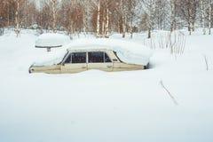 Novokuzneck Ryssland - 24 02 2018: den gamla bilen skräpas ner med snö Royaltyfria Bilder
