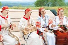 Novokuzneck Ryssland - 01 07 2018: kvinnor i ryska dräkter som spelar musikinstrument Arkivfoton