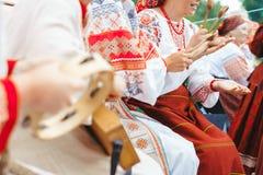 Novokuzneck Ryssland - 01 07 2018: kvinnor i ryska dräkter som spelar musikinstrument Royaltyfria Foton