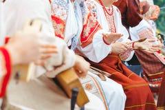 Novokuzneck Ryssland - 01 07 2018: kvinnor i ryska dräkter som spelar musikinstrument Royaltyfri Bild