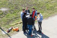 novokuznetsk E 23 04 2019 Группа в составе студенты обсуждая построители проекта стоковые фотографии rf