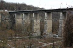 Novoplanovskiy桥梁在Kamianets-Podilskyi市,位于Podolia的历史的区域,乌克兰西部 汽车和人们 免版税库存图片