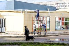 NOVOPOLOTSK VITRYSSLAND - JULI 06, 2018: Konstruktionen av byggnad och två byggmästare royaltyfria foton