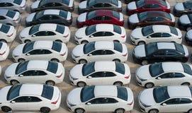 Novorossijsk, Russia - maggio, 18, 2017: Molte nuove automobili Toyota Corolla hanno parcheggiato sul sito da vendere Vista da so Immagine Stock