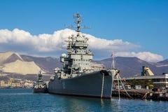 NOVOROSSIJSK, RUSSIA - 6 marzo 2016: Il ` di Mikhail Kutuzov del ` dell'incrociatore del nave-museo Immagine Stock