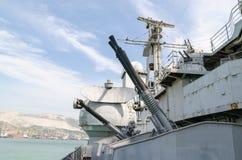 Novorossiysk Armes à feu antiaériennes du croiseur Mikhail Kutuzov Photographie stock