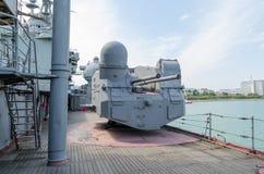 Novorossiysk armes à feu de De petite taille-calibre du croiseur Mikhail Kutuzov Photographie stock libre de droits