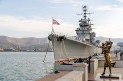 Novorossiysk Croiseur Mikhail Kutuzov et monument au marin photos libres de droits