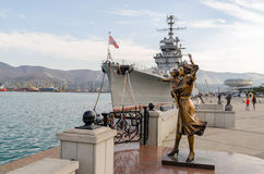 Novorossiysk Croiseur Mikhail Kutuzov et monument au marin photo stock