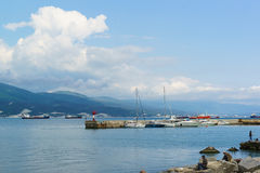 NOVOROSSIYSK ROSJA, MAJ, - 08 2016: molo z jachtami na Czarnym morzu, Novorossiysk Obrazy Royalty Free