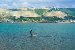 NOVOROSSIYSK ROSJA, MAJ, - 08 2016: Sport żaglówka i panorama Novorossiysk reklamy port morski Fotografia Royalty Free