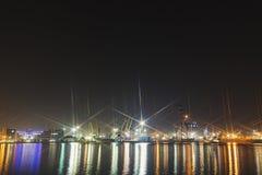 Novorossiysk Rosja, SIERPIEŃ, - 03, 2016: Panorama wizerunek iluminujący ładunku port w Novorossiysk, Rosja przy nocą z zawiera Obrazy Royalty Free