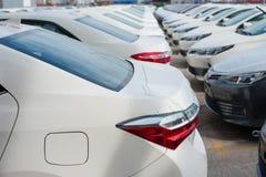 Novorossiysk, Russland - Mai, 18, 2017: Viele Neuwagen Toyota Corolla parkten auf dem Standort für Verkauf Stockbilder