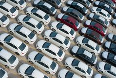 Novorossiysk, Russland - Mai, 18, 2017: Viele Neuwagen Toyota Corolla parkten auf dem Standort für Verkauf Ansicht von oben Lizenzfreie Stockfotos