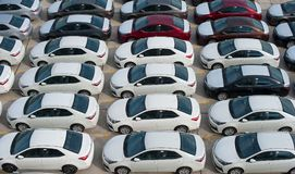 Novorossiysk, Russland - Mai, 18, 2017: Viele Neuwagen Toyota Corolla parkten auf dem Standort für Verkauf Ansicht von oben Stockbild