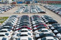Novorossiysk Ryssland - Maj, 18, 2017: Mycket nya bilar Toyota Corolla som parkeras på den till salu platsen ovanför sikt arkivfoton