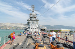 Novorossiysk Toeristen op het dek van de kruiser Mikhail Kutuzo royalty-vrije stock fotografie