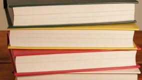 Novos livros na posição da pilha vídeos de arquivo