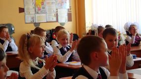 Novosibirsk, Ρωσίας - 1 Σεπτεμβρίου, 2015 Οι First-grade σπουδαστές και ο δάσκαλος είναι στο μάθημα σχολικών τάξεων καταρχάς _ φιλμ μικρού μήκους