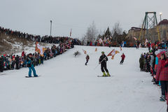 Novosibirsk, Ρωσία - 7 Δεκεμβρίου, οι νέοι κατεβαίνουν, κατά τη διάρκεια του ολυμπιακού ηλεκτρονόμου φανών. Στοκ Φωτογραφία