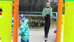 NOVOSIBIRSK, ΡΩΣΙΑΣ - 1.2016 Μαΐου: το μωρό χτίζει τα πρόσωπα ένας ψεύτικος καθρέφτης φιλμ μικρού μήκους