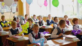 NOVOSIBIRSK, ΡΩΣΙΑΣ - 1.2016 Σεπτεμβρίου: παιδιά στο σχολείο γραφείων απόθεμα βίντεο