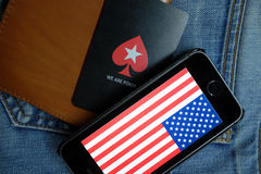 NOVOSIBIRSK, ΡΩΣΙΑ - 13 ΔΕΚΕΜΒΡΊΟΥ 2016: Η σημαία της Αμερικής στο iphone Apple και το λογότυπο Pokerstars Στοκ Φωτογραφίες