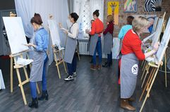 Novosibirsk 02-24-2018 Art Workshop Hoofdklasse die acrylverf op canvas schilderen stock foto