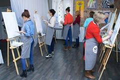 Novosibirsk 02-24-2018 Art Workshop Mästarklass som målar akrylmålarfärg på kanfas arkivfoto