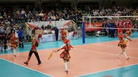 10 14 2017 Novosibirsk, de gelijke van Volleyballteams Steungroep op volleyball, die in Russische uitrustingen dansen 3840x2160 stock video