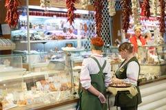 Novosibirsk 12-20-2018 De vrouwenverkopers in kruidenierswinkel slaan op stock afbeeldingen