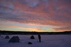 novosibirsk Gerade liegt aufgefangenes zander auf Eis dämmerung himmel Wolken Winter lizenzfreie stockfotos