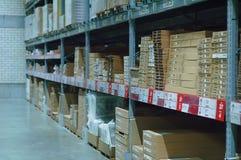 Novosibirsk 12-20-2018 Grande deposito del magazzino Accantona le merci in cartone fotografia stock