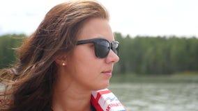 07 23 2017 Novosibirsk, il bacino idrico di Ob' Una ragazza sta guidando lungo il fiume su una barca in un giubbotto di salvatagg video d archivio