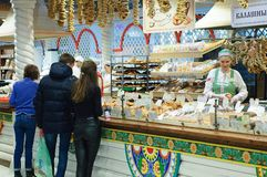 Novosibirsk 12-20-2018 Köpare på fönstret av livsmedelsbutiken fotografering för bildbyråer