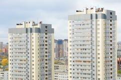 Novosibirsk 09-20-2014 Miasto krajobrazu dwa mieszkaniowi nowi domy obrazy royalty free