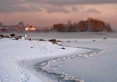 Novosibirsk på solnedgången på bankerna av vinterfloden arkivbilder